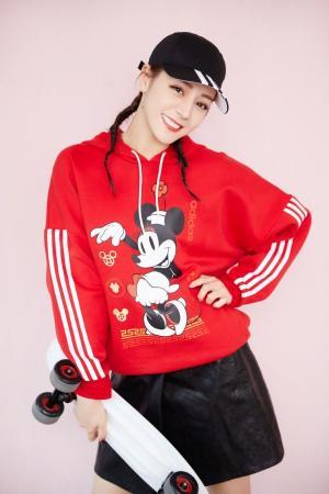 迪丽热巴红白条纹米妮卡通红色运动衫黑色皮短裙写真