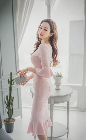 宅男女神粉嫩连身裙优雅气质写真