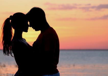 唯美落日海边情侣恩爱图片