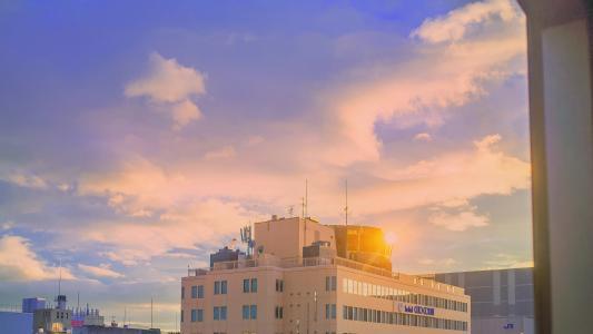 夏日沿海都市唯美清新蓝天白云风景图