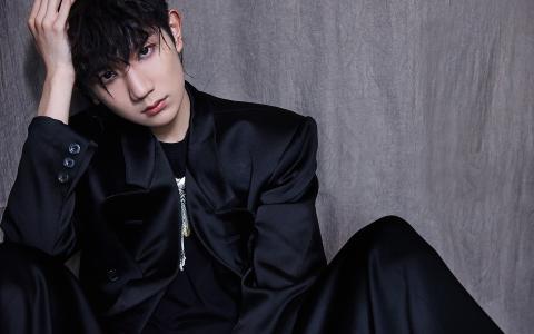 王源黑色系帅气写真