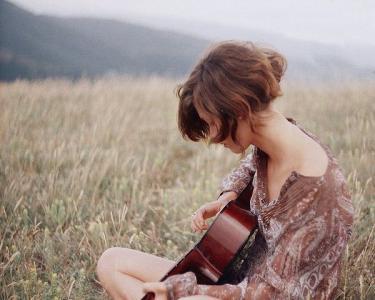 弹着吉他流眼泪