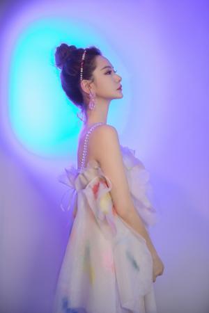 戚薇雾莲仙女裙迷人写真