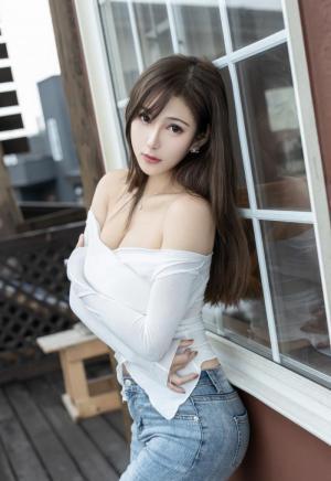 紧身牛仔裤美女性感高挑身材写真