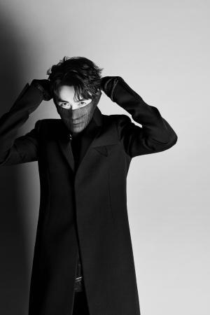 朱一龙时尚个性黑白写真