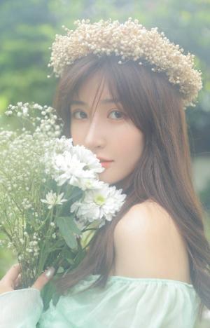 手捧鲜花的少女唯美森系写真