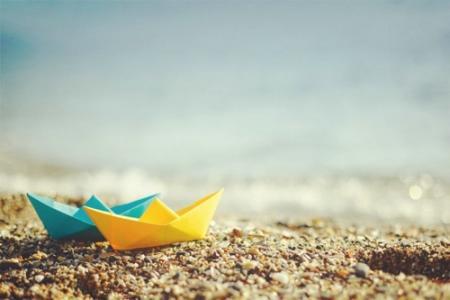 唯美手折纸船意境美图片