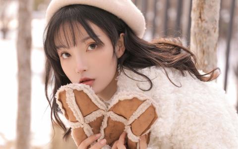 清纯美女雪地户外甜美写真