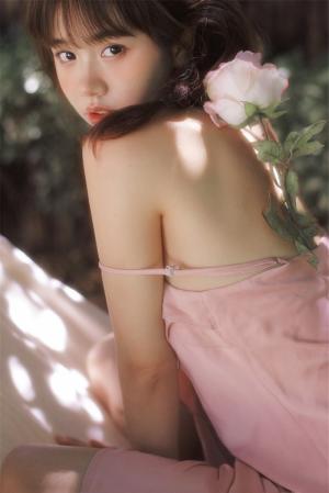 清纯吊带美女户外写真