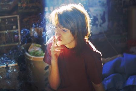 女生抽烟缓解抑郁