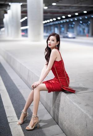 秀人网杨晨晨吊带红裙诱惑写真
