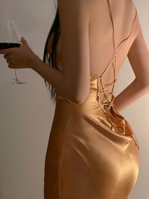 黄色长裙的艳丽模特