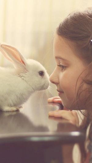 可爱小萝莉与萌宠亲密接触