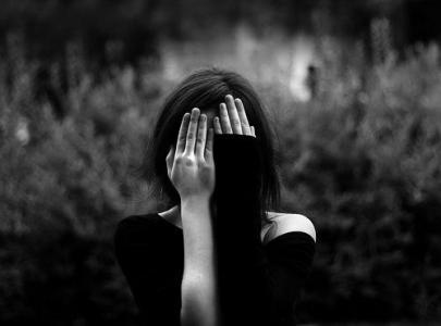 女生黑白伤感图片