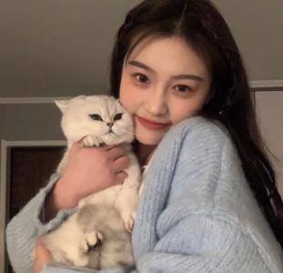 抱着猫咪的可爱女生头像