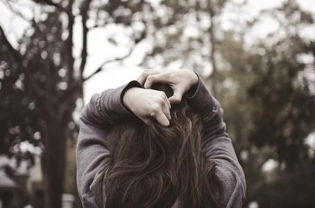 落寞女生图片