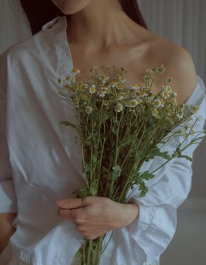 又纯又欲的衬衫美女写真