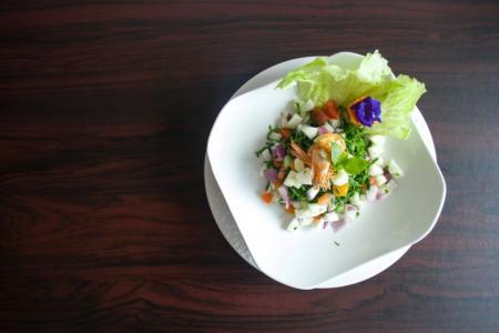 白色盘子里的美食图片