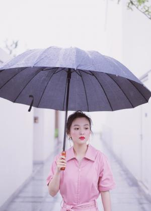 吴倩雨中漫步唯美写真