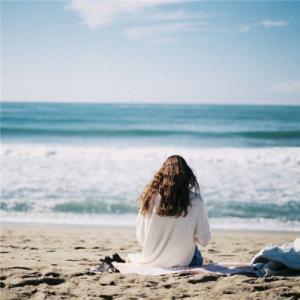 一个人看海的女生背影图