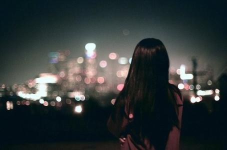 夜晚孤独寂寞的背影图