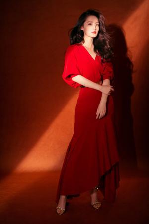 李沁性感红裙妩媚写真