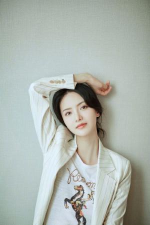 张芷溪白色西服优雅气质写真