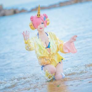 可爱萝莉羽天Shine性感cosFGO泳衣肯娘海边写真