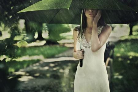 雨伞上滑落的唯美雨滴壁纸