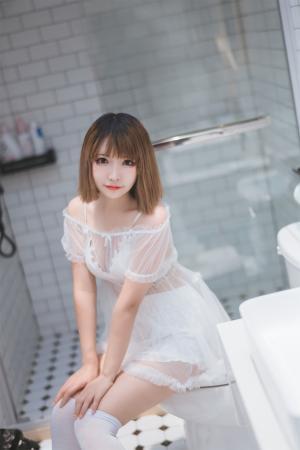 清纯萌妹白纱裙浴室写真