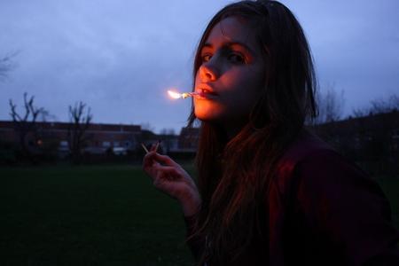 一个人抽烟的女人自己伤心