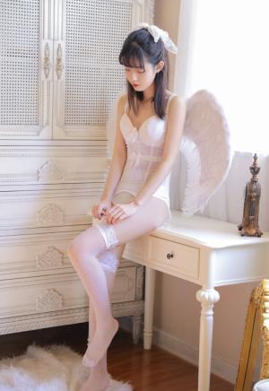 清纯少女吊带白丝纯情迷人写真