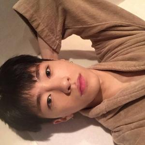 韩国帅哥自拍头像