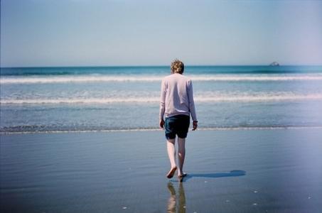 一个人寂寞的男生背影图