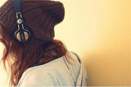 唯美戴耳机女生图片