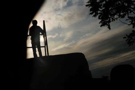 男生一个人孤单迷茫图片