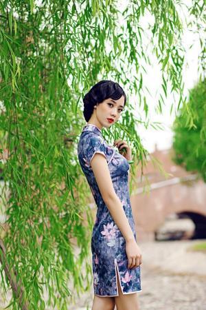 荷塘青丝旗袍美人