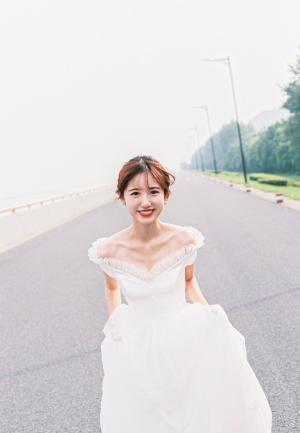 长发美女幸福甜蜜婚纱写真