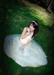 绿地中穿着婚纱的美丽新娘