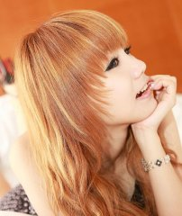 金黄色头发的可爱美女