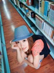 校园图书馆里的可爱女生