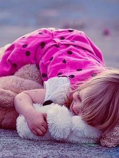 可爱的小女孩和玩具图片