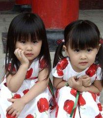 可爱的双胞胎小美女