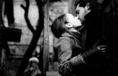 黑白照片里的经典爱吻
