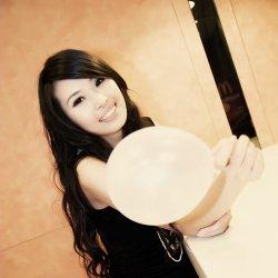 微笑的可爱气球女生图片