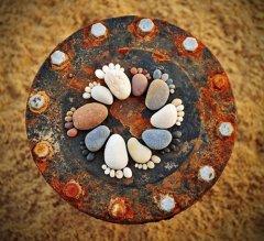 石头摆成的小脚丫可爱图片