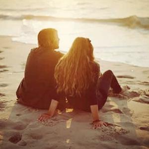 幸福路上相爱恋人背影图片