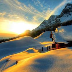 晨光夕阳下的冬日雪景图片