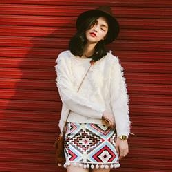 蓬松柔软毛衫搭配半身短裙
