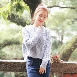 休闲针织衫搭配一条铅笔裤